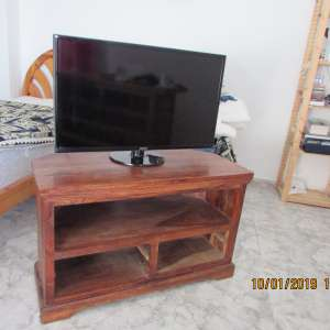 For sale: 32'' Samsung TV and Sheesham corner unit. - €85